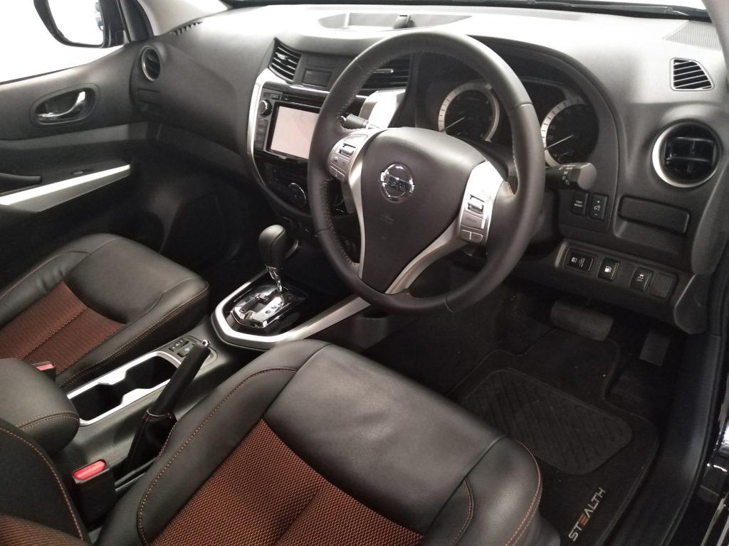 Nissan Navara Stealth - Front seats